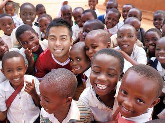 途上国の子どもに囲まれる高濱さん=提供写真