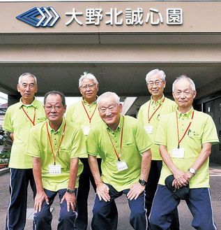 施設を支える(後列左から)宍戸さん、椿さん、近藤さん(前列同)小野澤さん、齋藤さん、大久保さん