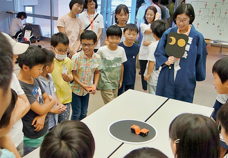 一喜一憂しながらロボット相撲を楽しむ子どもたち