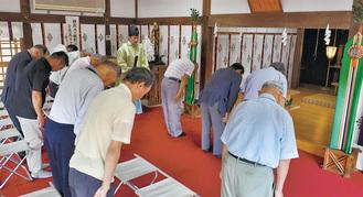 厳かに執り行われた祈とう=1日、氷川神社