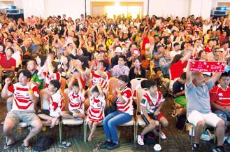 会場後方まで埋め尽くした約1000人のファンが、日本代表に大きな声援を送り続けた