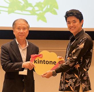 表彰式で市産業振興財団の石川敏美常務理事(左)から副賞を贈られる宮嵜さん