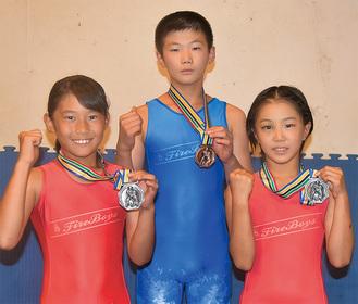 メダルを掲げる藤森さん(中央)小原さん(右)加藤さん