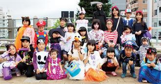 思い思いに仮装をして淵野辺駅に集結した子どもたち=19日、同駅北口オーロラデッキ