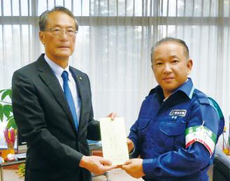 本村市長(右)に目録を手渡す大谷理事長