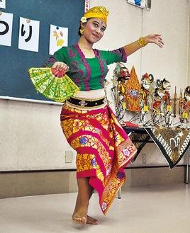 圧巻のバリ舞踊を披露したディンダさん=10月26日、横山団地集会所