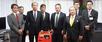 齋藤支部長(左から3人目)らLPガス協の協会員と本村市長、市社会福祉協議会職員