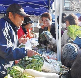 朝市には新鮮野菜がたくさん