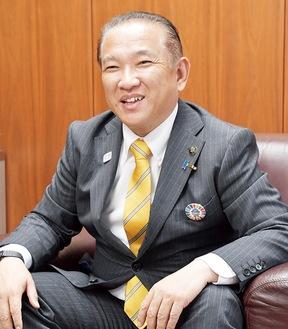 にこやかに取材に応える本村賢太郎市長