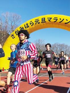 思い思いの格好でマラソンを楽しむ参加者(写真は過去)=同協会提供