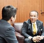 インタビューに答える本村市長