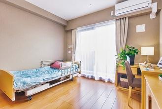 電動式介護ベッドや床暖房、エアコンを備えた居室