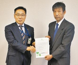 市環境共生部の樋口保部長(左)から井草会長(右)へ認定書が交付された