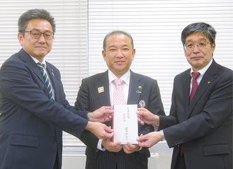 寄付金を手渡す川崎議長(左)と本村市長、連合神奈川吉坂義正議長