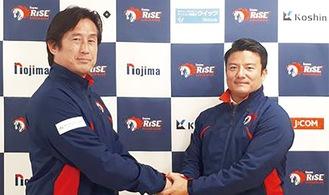 固い握手を交わす須永前HC(左)と城ヶ滝新HC=16日、ノジマフットボールパーク