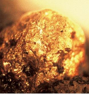 坩堝(るつぼ)に付着した金粒