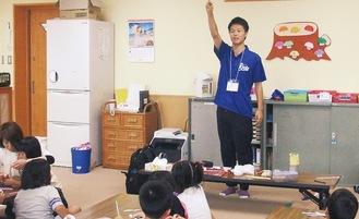 3年前の夏、宮城県塩竈市立月見ヶ丘小学校での学童保育で子どもたちと触れ合う北原さん=本人提供