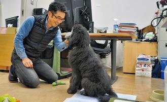 職場である麻布大学伴侶動物研究室にて。同伴出勤している愛犬アッシュと=3月10日