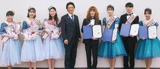 左から昨年度の市観光親善大使3人、市川雄士同事業運営委員長、タブレット純さん、今年度親善大使を務める岩永さん、鈴木さん、西島さん