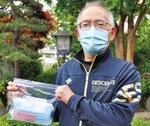 配布したマスクを手にする四ツ谷自治会の小形会長