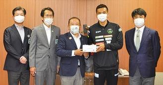 本村市長(中央)にマスクを渡す稲本選手
