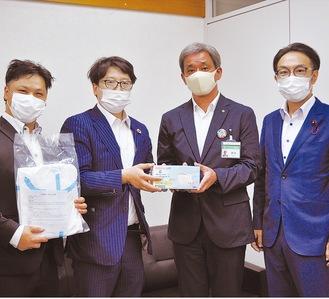 (右から)石川将誠市議会議長、鈴木伸一危機管理局長、吉田茂司社長、小島透専務