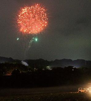 経済や市民感情の復興に向け「はじまり」の合図として緑区で打ち上げられた花火=24日