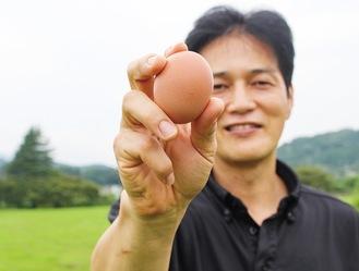 愛川町ブランドのタマゴを手にする谷さん