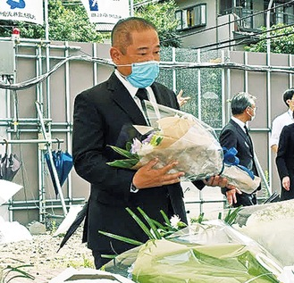 献花する本村市長=市提供