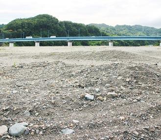 例年、納涼花火大会で利用されているが、現在は地形が変わり整備が必要となっている高田橋周辺の河川敷=7月撮影