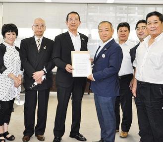 本村市長に要望書を提出する志村氏ほか、同業者のメンバー=11日、市役所本庁舎