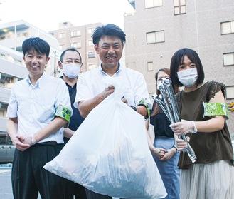 集めたごみを集約する塚原さん(中央)。右が須賀さん。左は相模大野から駆け付けたメンバーの中村和博さん