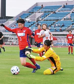 ゴール前で相手と競るキャプテンの石田