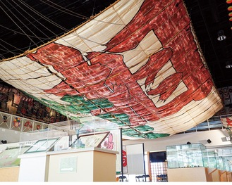 展示室の天井いっぱいを占める現在の大凧