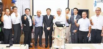 会のメンバーとして設立総会に出席した、会の発起人代表の茅さん(左から4番目)、國中均宇宙科学研究所所長(同5番目)をはじめ、JAXA関係者、市職員、商店街関係者=11日