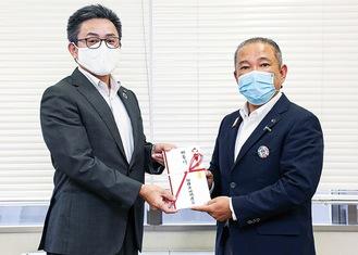 寄付金を手渡す川崎議長(左)と本村市長