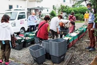 「旧菊池医院横駐車場」(陽光台)から巡回が始まった移動販売=1日