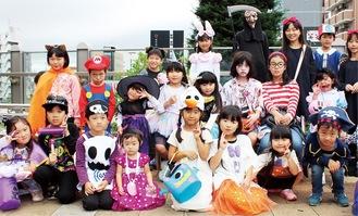 思い思いに仮装をして淵野辺駅に集結した子どもたち=写真は昨年