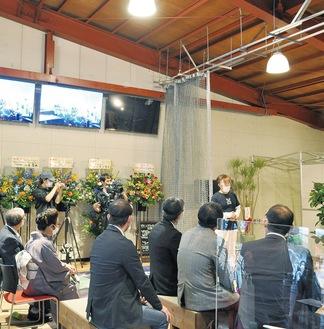 11月1日にグランドオープンする「ドローンラウンジ・ジュピター」で設立記念式典のあいさつをする川合社長=10日