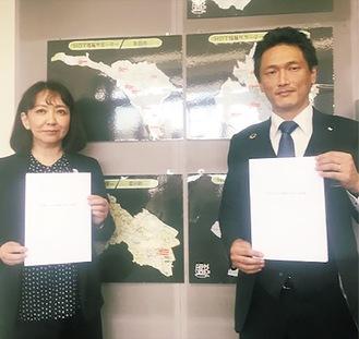 協定を結んだ平岩社長(左)と市川理事長=12日