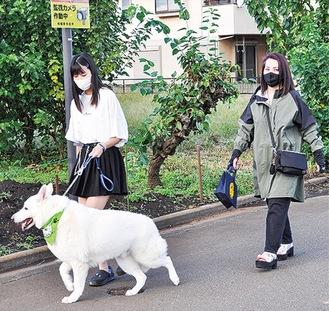 パトロール中のキラくんと藤田しのぶさん(右)・志夢さん