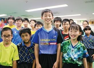 ▲持田さん(中央)を応援する、区内相模原の「エーアールアイ卓球スタジオ」の仲間たち