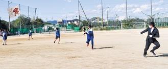 一丸となって凧を引く生徒=4日、相模田名高校