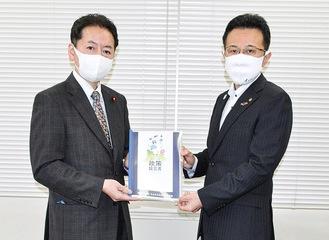 下仲宏卓副市長(右)に提言書を手渡す中村団長=10月、市役所本庁舎
