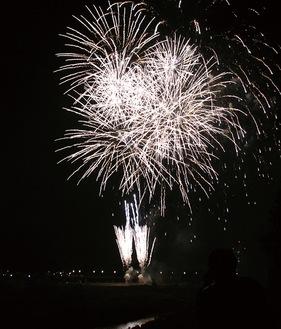整備が進む高田橋下流の河川敷から打ち上げられた花火=22日