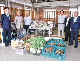 倉庫に集められた総量約150kgにもおよぶ野菜のほか、多数のレトルト食品などの食材=20日、JA相模原市上溝支店