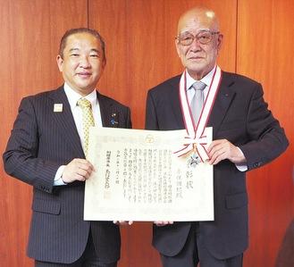 本村市長から賞状とメダルを手渡された永保さん=20日、相模原市役所