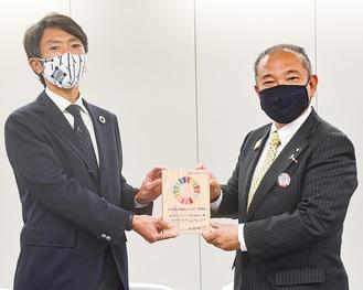 本村市長(右)と盾を受け取る当社・齊藤明相模原支社長