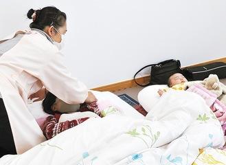 「通所ケア」で来所した母親の対応をするmarimo助産院の中島代表(左)
