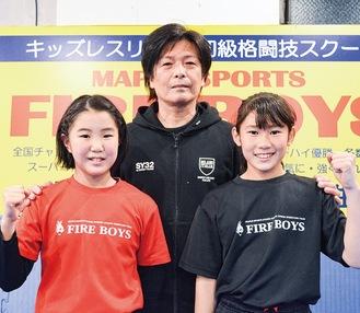 (左から)小原心花(ここは)選手、山内仁代表、加藤あん選手